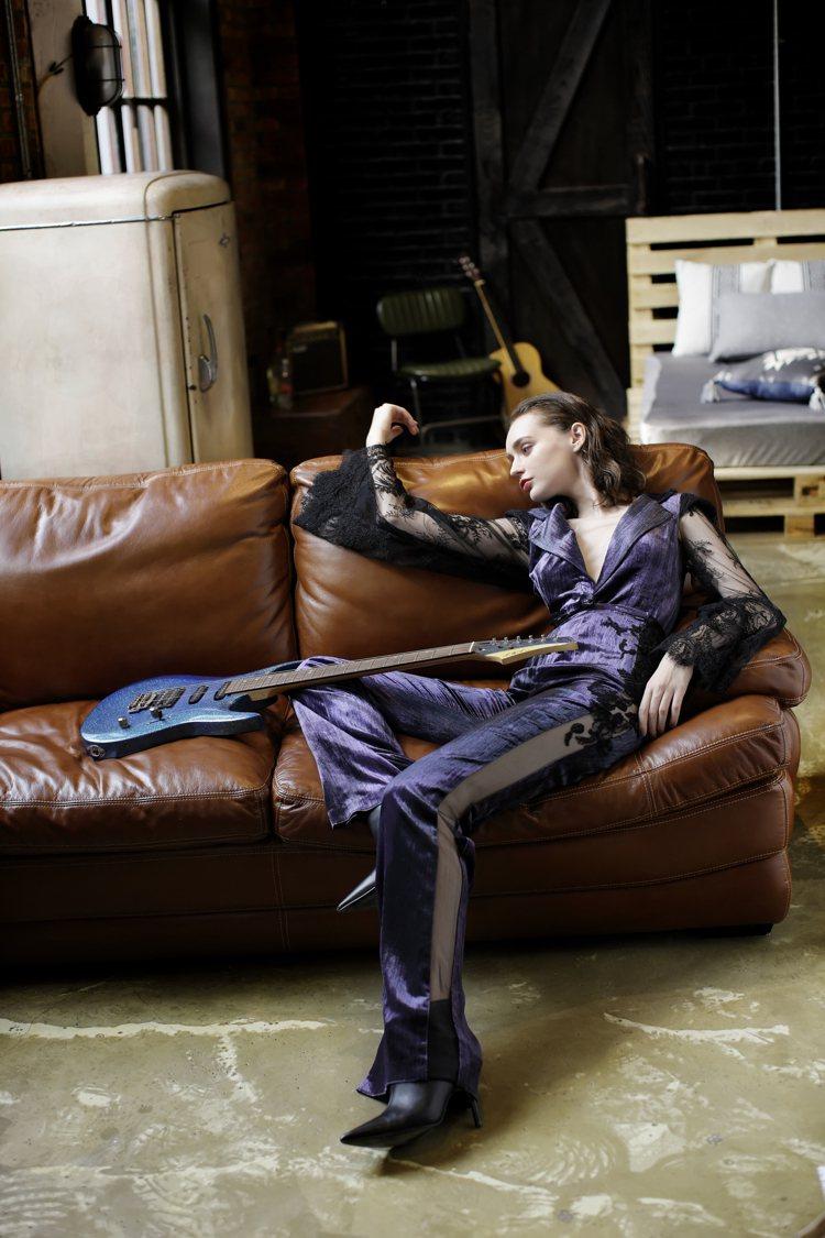 Khieng ATELIER的2020秋冬紫絲絨黑色蕾絲透視西服套裝。圖/Khi...