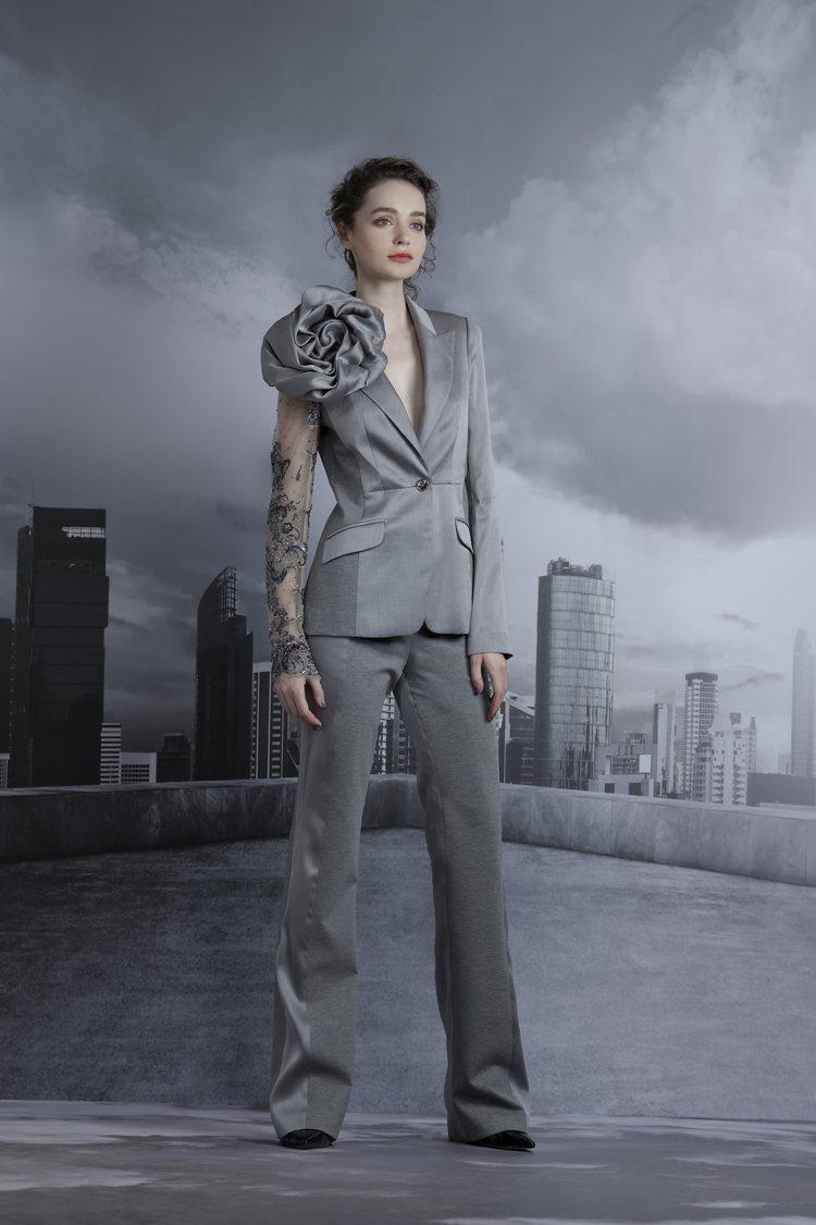 Khieng ATELIER的2020秋冬青灰色不對稱立體蝶花西服套裝。圖/Kh...