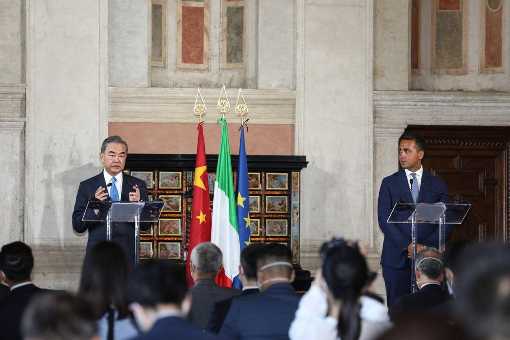 大陸外長王毅(左)與義大利外長迪馬約共同會見記者。新華社