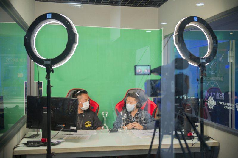 「2020風城盃電子競技大賽」在明新科大舉辦,由明新大一新生陳玉謙(左)、啟英高中高三的邱軍勇(右)擔任賽事播報與講評。 圖/明新科大提供