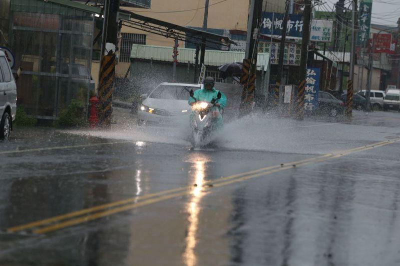 高雄岡山區嘉興里今出現多處積淹水。記者劉學聖/攝影