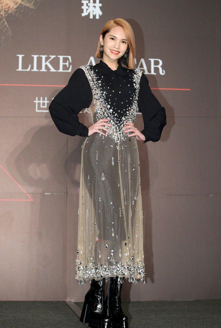 比起秀上模特兒的露腰褲裝造型,楊丞琳選擇改搭更高腰的裙子。記者余承翰/攝影