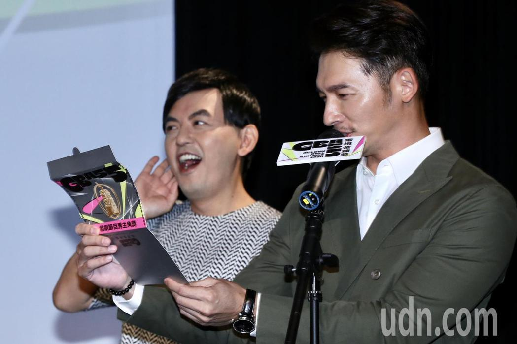 109年度電視金鐘獎,黃子佼(左)、溫昇豪(右)共同揭曉本屆入圍名單。記者林俊良