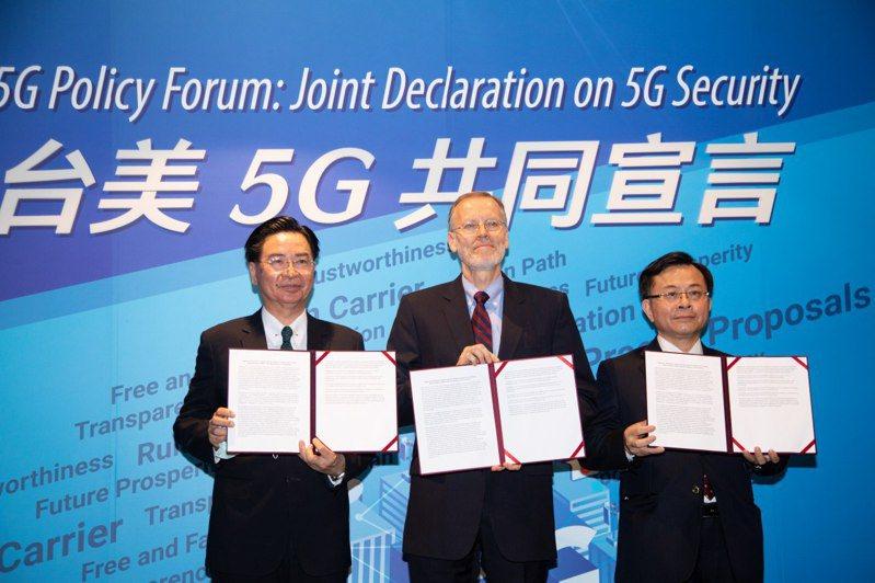 台灣和美國今天發布「台美5G共同宣言」,外交部長吳釗燮(左)、AIT處長酈英傑(中)和NCC主委陳耀祥(右)出席。 圖/取自外交部推特