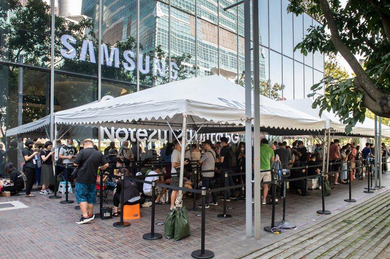 今天(8月26日)Samsung Galaxy Note20 5G旗艦系列預購優先取貨首日,三星微風南山旗艦館加碼祭出總價值近30萬元好禮抽獎活動,吸引百名粉絲排隊。圖/三星提供