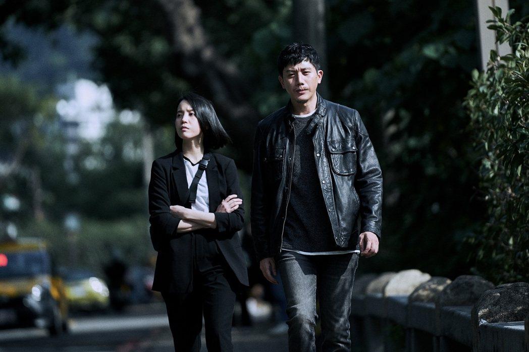 莫子儀(右)以「追兇500天」入圍迷你劇集男主角。圖/七十六号原子提供