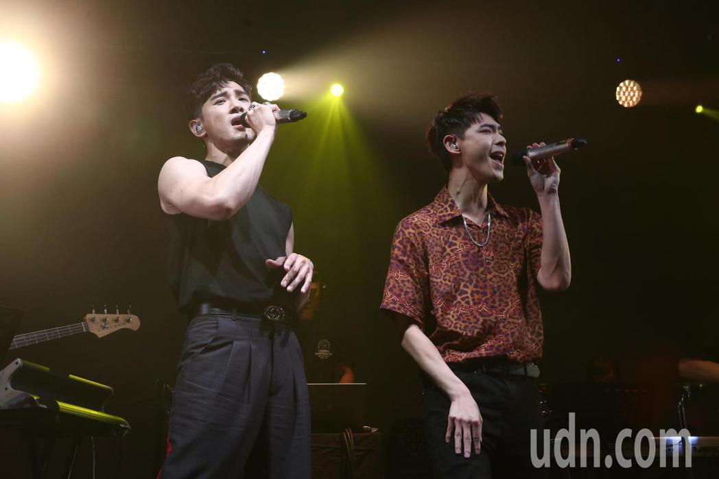 張立昂(左)晚上舉行「矛盾體2020讚聲」演唱會,連晨翔(右)擔任嘉賓一起合唱。