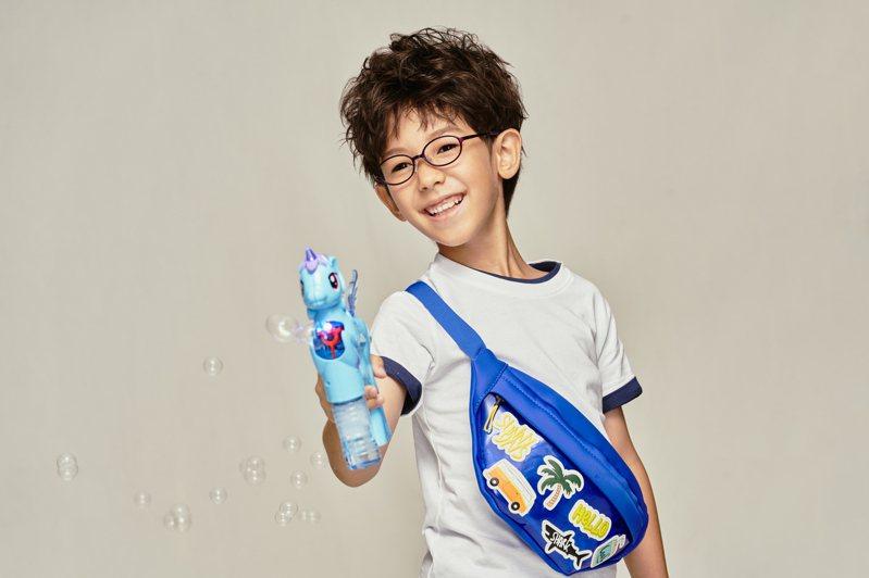 針對6到9歲的年齡,JINS就採用柔軟鼻托,零負擔又可支撐眼鏡,設計出打孔式鏡腳,只要將螺絲鬆開即可自由調節鏡腳長短。圖/JINS提供