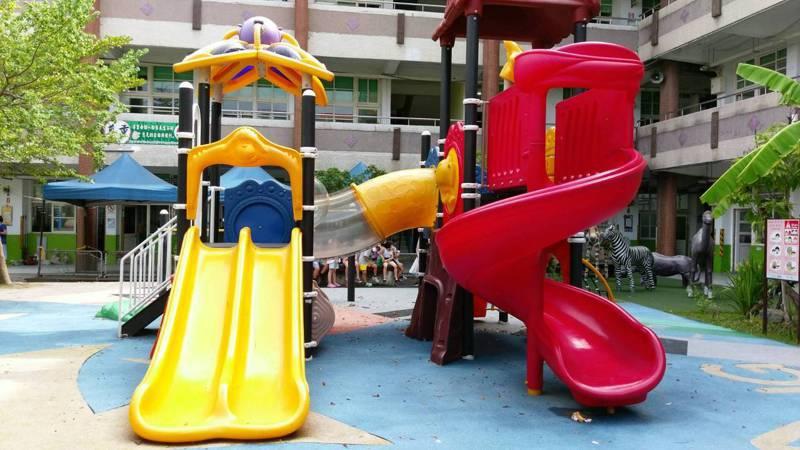 桃園194所公私立國小遊戲場的遊具只有59校合格。圖/桃市教育局提供