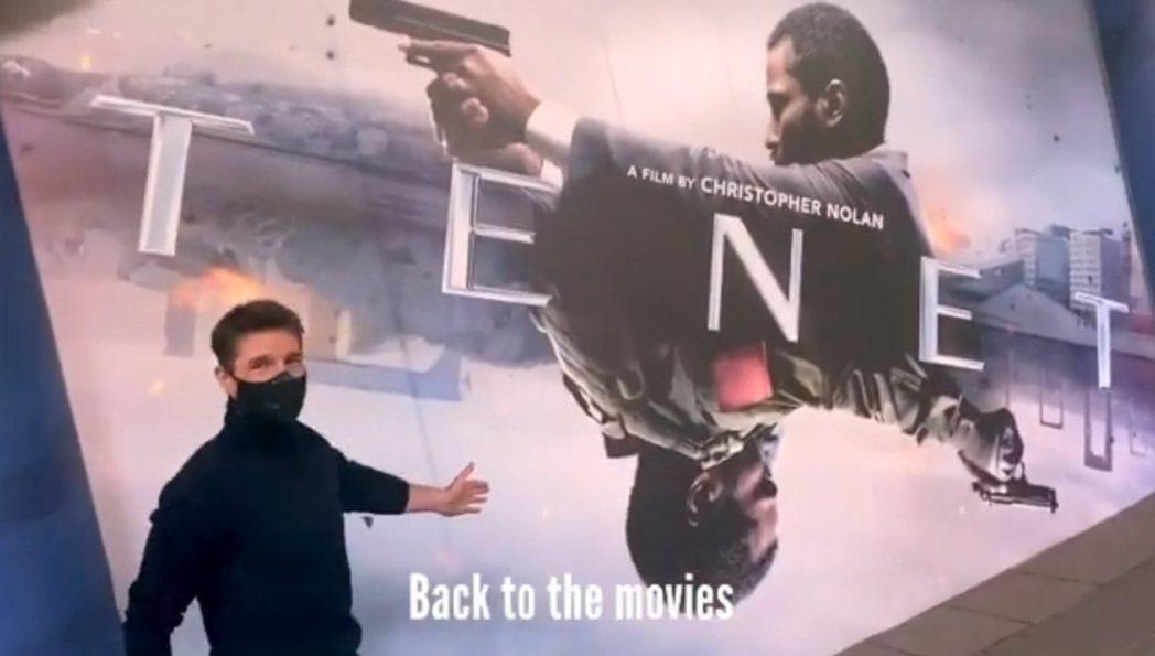 在英國拍戲的湯姆克魯斯,趁空檔去戲院看了「天能」。圖/摘自Instagram