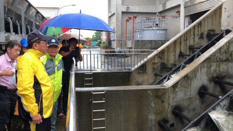 屏東縣長潘孟安(前)今下午到林邊抽水站,視察水情與防汛設施。圖/屏東縣政府提供