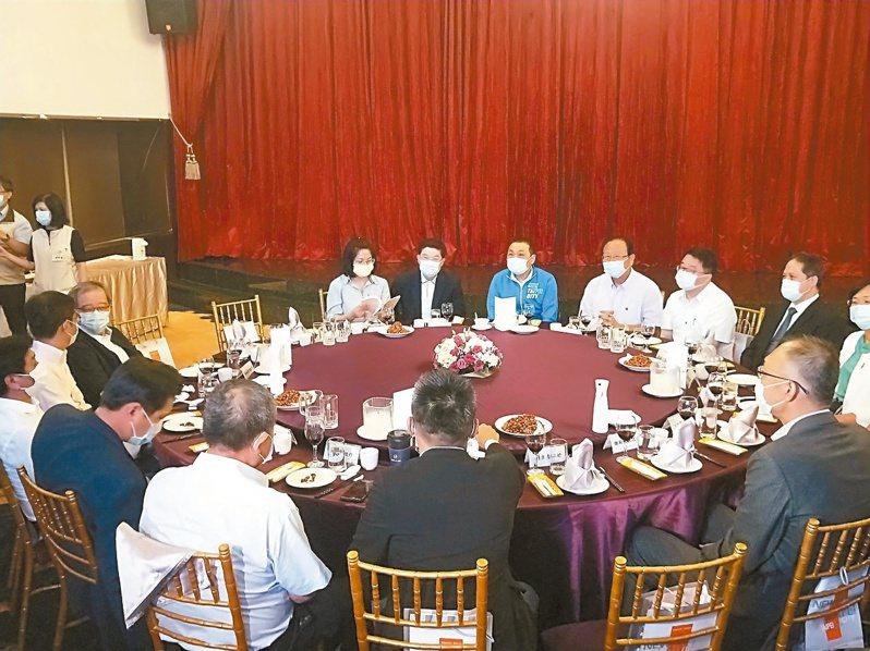 新北市長侯友宜昨晚宴請市籍立委,希望立委們協助爭取前瞻2.0經費669億元。記者施鴻基/攝影