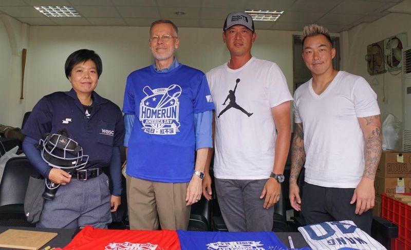 7月4日美國國慶,AIT首度到台南球場舉辦慶祝活動,圖為棒球好手郭泓志(右起)、王建民、AIT處長酈英傑、台灣首位棒球女主審劉柏君。 圖/取自AIT臉書