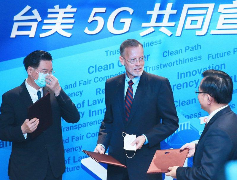 AIT處長酈英傑(中)、外長吳釗燮(左)和NCC主委陳耀祥(右)昨出席「台美5G共同宣言」論壇。記者潘俊宏/攝影