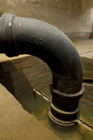 淨水場當年建造時使用三合土,也就是最先進的建材鋼筋混凝土,並用進口的鋼管,190...