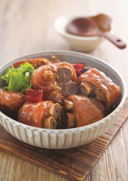 吳秉承主廚示範:紅燒豬腳。 圖/日日幸福出版社 提供