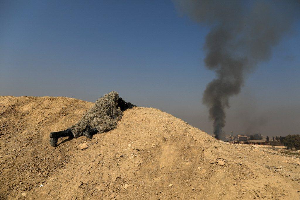 在城鎮或山地作戰時,射擊陣地與目標的相對高度更加重要。圖為伊拉克安全部隊狙擊手。 圖/路透社