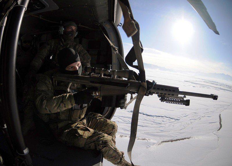 另外一項反狙擊作戰的神兵利器就是直升機,對於狙擊手來說,一架在頭上盤旋的直升機可說是最難應付的對手。 圖/美國陸軍