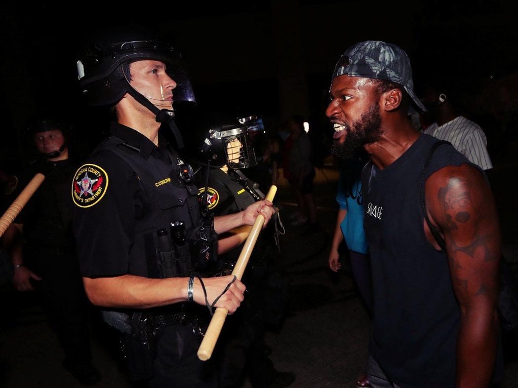 絕大多數的意見,都認為擁槍自重的武裝民兵團,只會加劇美國社會「內戰化」的暴力事態...