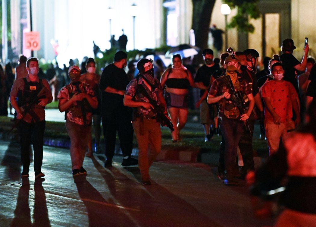 在明尼蘇達、亞特蘭大與波特蘭的抗爭事件中,各種保守派武裝民兵的「跨州增援」,已成...