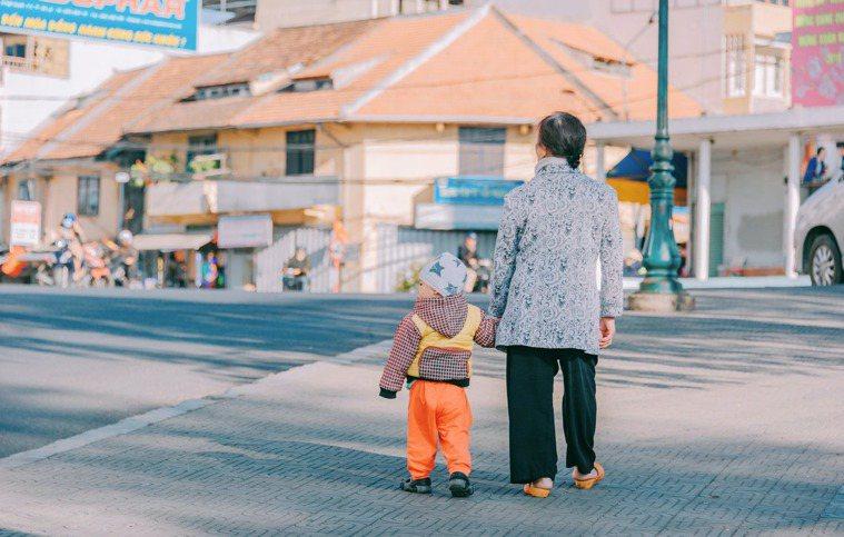 無論是親子間或面對他人,要施以援手,都要在自己覺得愉快的範圍,也就是行有餘力再去...