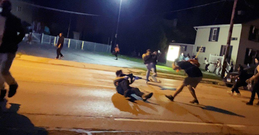 美國威斯康辛州的抗爭與各方亂鬥,8月25日晚間爆發了血腥的一頁——在基諾沙市中心...