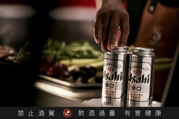 Asahi SUPER DRY啤酒以日本清酒中的「辛口」風味為靈感,將乾淨俐落的...