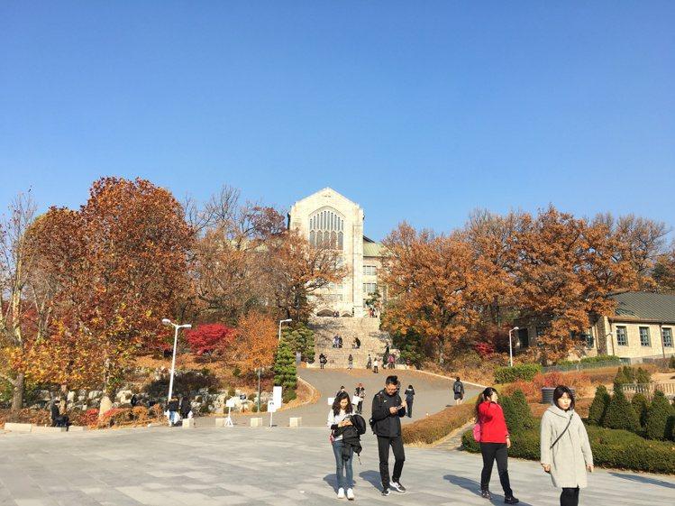 韓國著名梨花女子大學,秋季校園內一隅。(圖/攝影 邱凡倩)