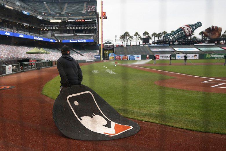 舊金山巨人隊與洛杉磯道奇隊的比賽懸而未決了數個小時,最終才確認了延賽。 圖/法新社