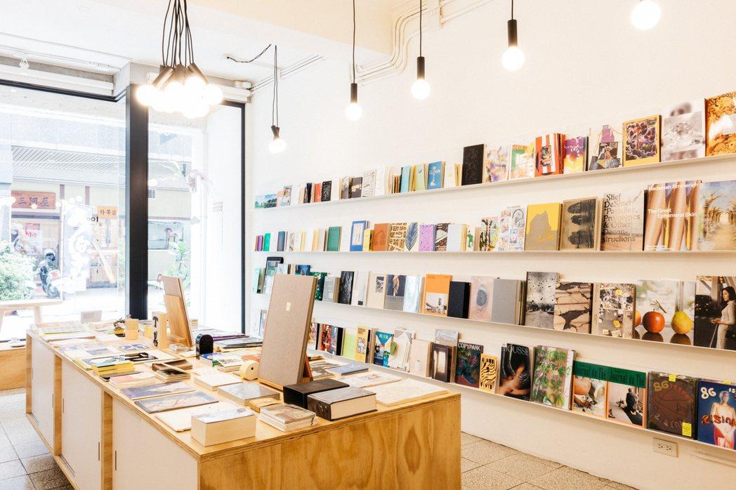 如它的名字,朋丁就像一窪沒有形狀的水,它是書店、是展場、是編輯者、是出版者、是藝...