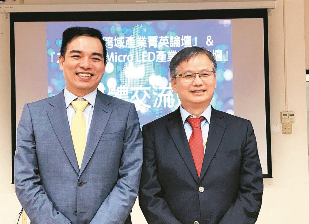 友達總經理柯富仁(左)及群創總經理楊柱祥(右)。 記者李珣瑛/攝影
