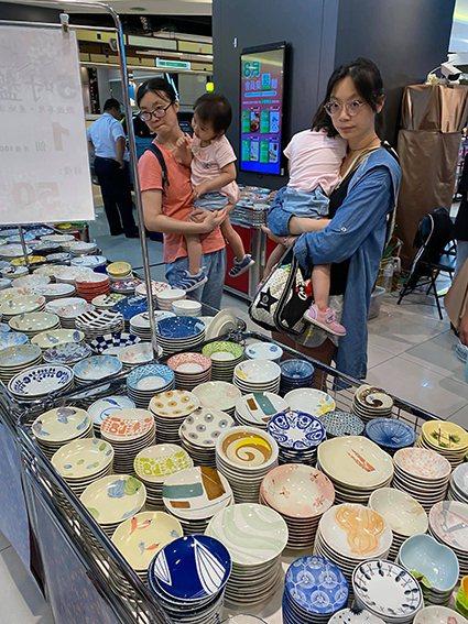 位於B1的藝江南日本瓷器-百元特賣會,吸引民眾選購。 遠雄流通事業/提供
