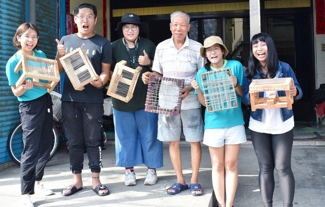 YS鋼鐵青年(左1及左3) 帶領旅人體驗在地風土旅程。 高屏澎東分署/提供。