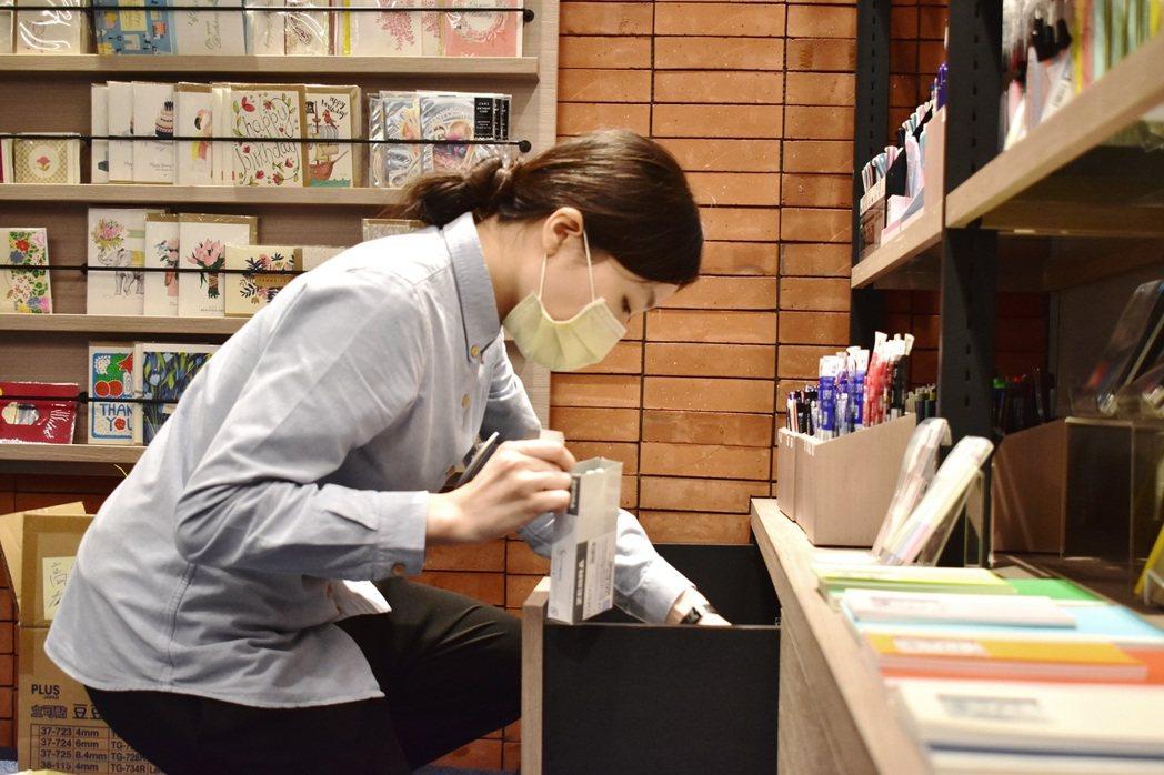 YS鋼鐵青年至蔦屋書店體驗 以方便顧客角度調整商品擺設。 高屏澎東分署/提供。