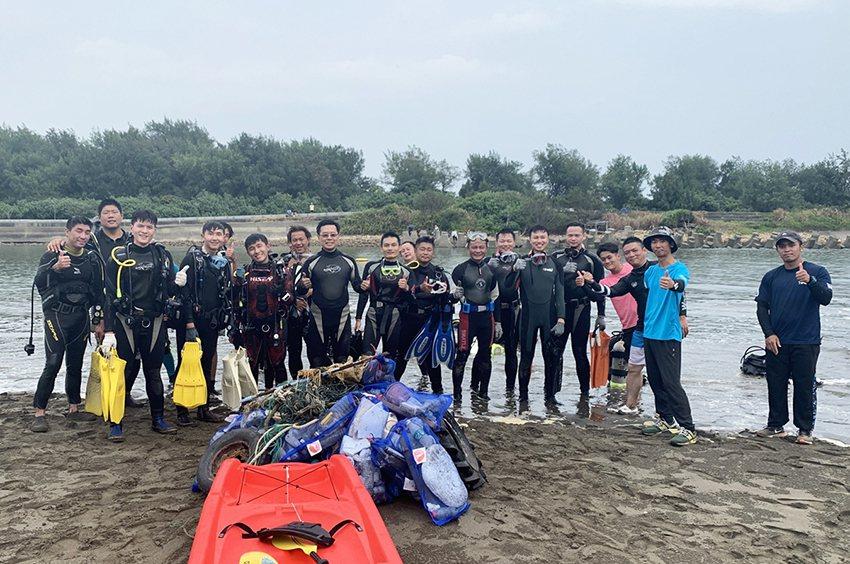 中央大學「藍海環保潛水隊」在桃園新屋溪出海口執行任務,因海水濁度高,不易觀察和清...