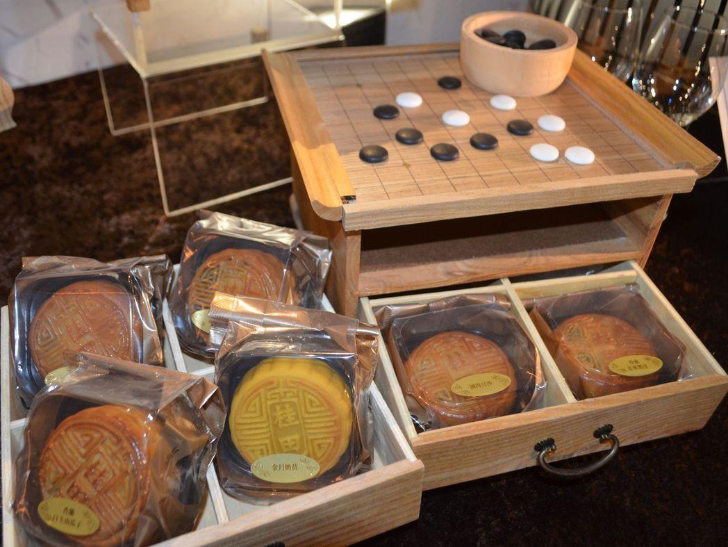 桂田酒店今年推出文創設計「圍弈‧知月」中秋月餅禮盒。  陳慧明 攝影