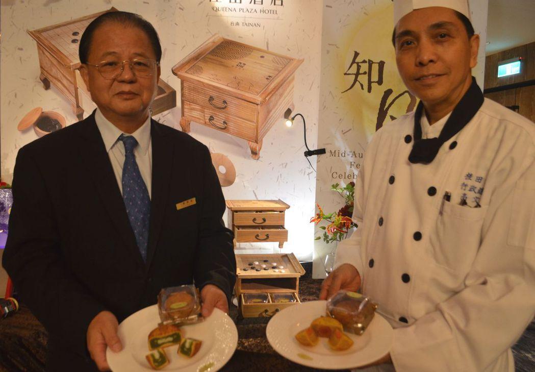 張煜焜總經理(左)、高文強主廚展示「圍弈‧知月」月餅。  陳慧明 攝影