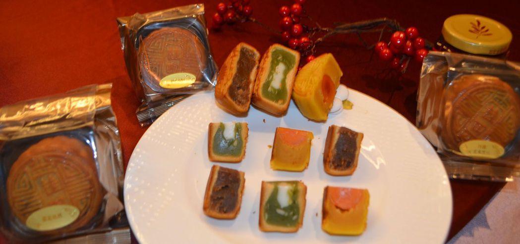 「圍弈‧知月」月餅鹹甜有致,鬆軟綿細,香氣濃郁。  陳慧明 攝影
