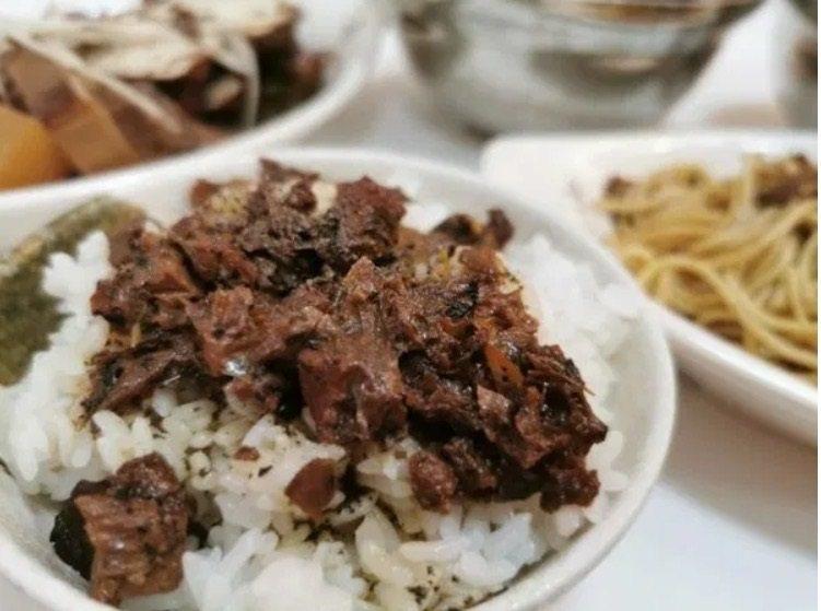 有別於一般素肉燥的呈現,天慈素食台中英才店的素肉燥多加香椿及獨家調味,一份就讓人...