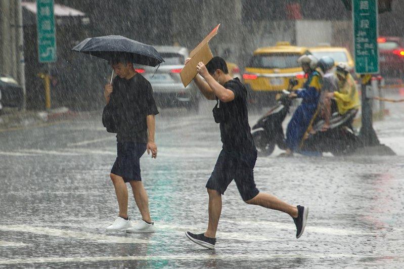 18縣市發布大雨或豪雨特報,經濟部水利署也對台北市士林區、中山區發布一級淹水警戒,提醒民眾注意。 中央社