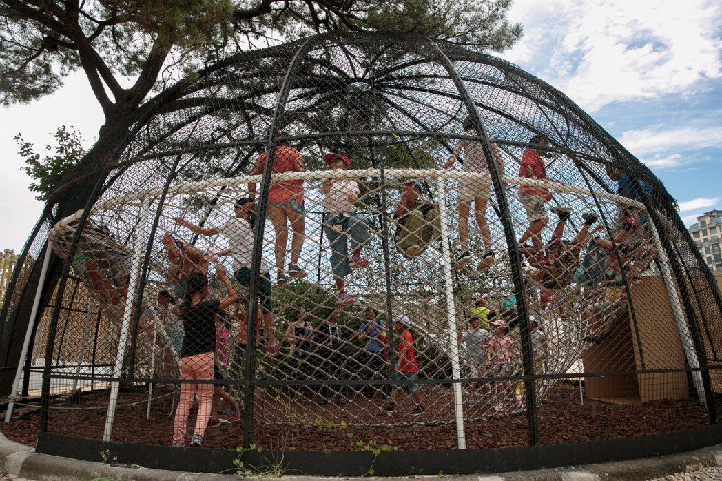 新竹市立動物園中的鳥籠,如今已轉變成遊樂區。記者曾原信/攝影