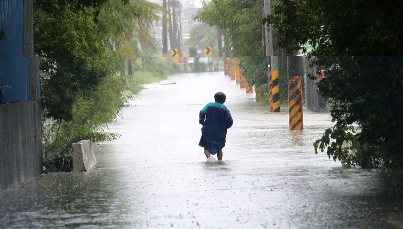 高雄市接連豪大雨造成全市有20處積淹水點,市府水利局今天盤點出積淹水及改善方案,將向水利署爭取辦理排水規劃檢討、應急及治理工程經費,共約新台幣17億3300萬元。報系資料照/記者劉學聖攝影