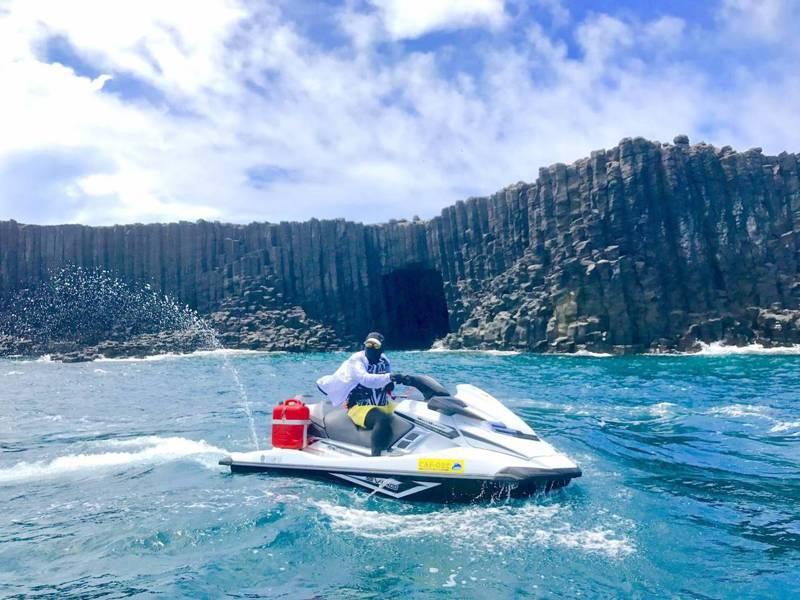 騎乘水上摩托車馳騁海面,在教練陪同下安全學習操駕技巧,享受動感十足騎行遊覽體驗。圖/徐紹唐提供