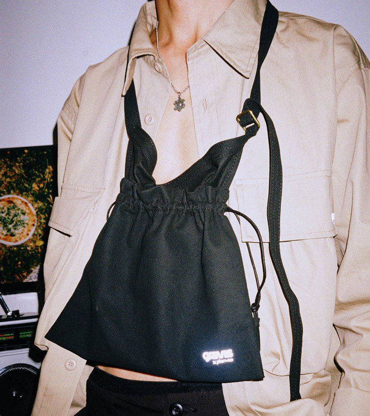 gravis與plain-me聯名兩用圍裙包1,680元。圖/plain-me提...