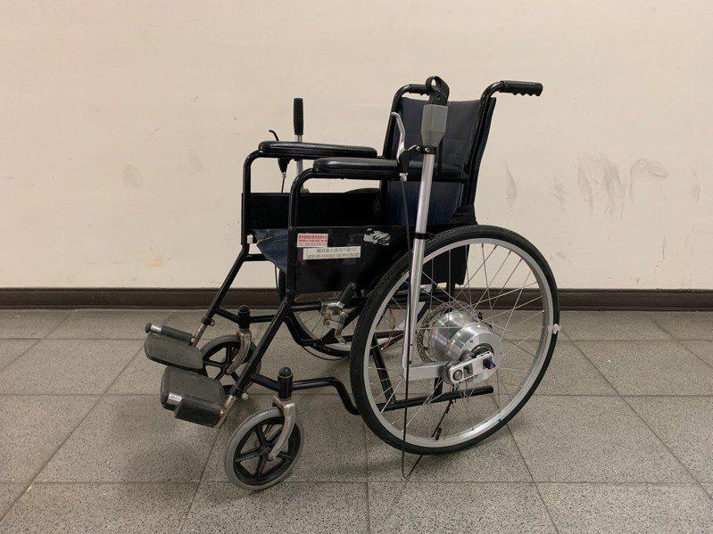 雲科大機械系研究團隊設計「推桿驅動」裝置,將輪椅改良為電動輔助輪椅,省力且保有輪椅的收納功能,搭配碟煞讓使用者更方便安全。圖/雲科大提供