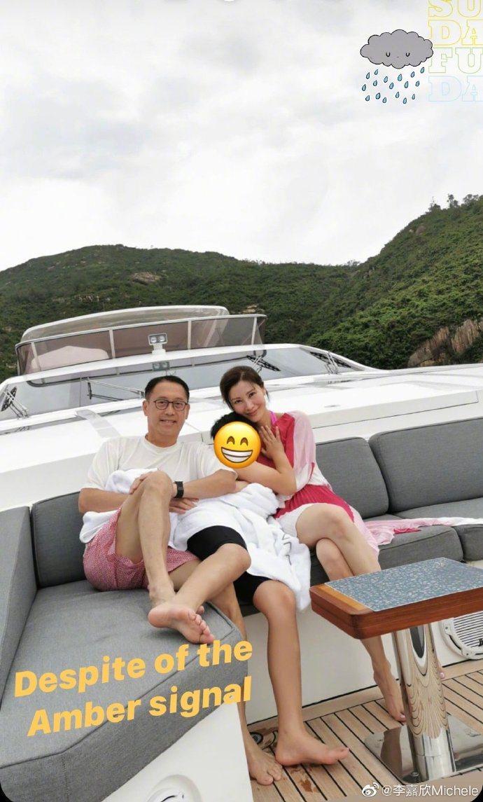 李嘉欣與老公許晉亨、小孩合影。圖/摘自微博