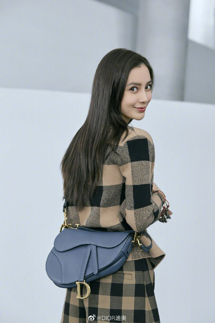 Angelababy詮釋黑、米色格紋雙緹花羊絨針織衫及背心14萬5,000元、褲...