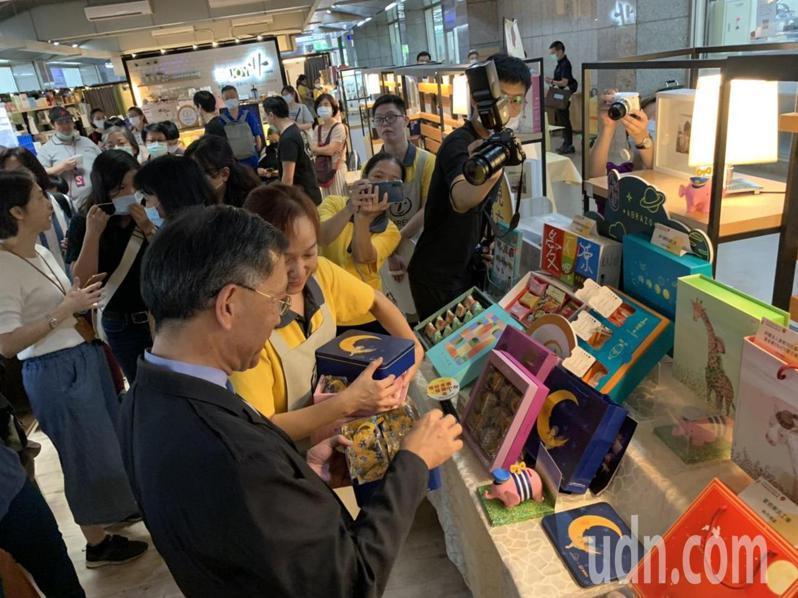 台北市副市長蔡炳坤也自掏腰包購買30盒喜憨兒基金會與幾米合作的中秋月餅禮盒。記者趙宥寧/攝影