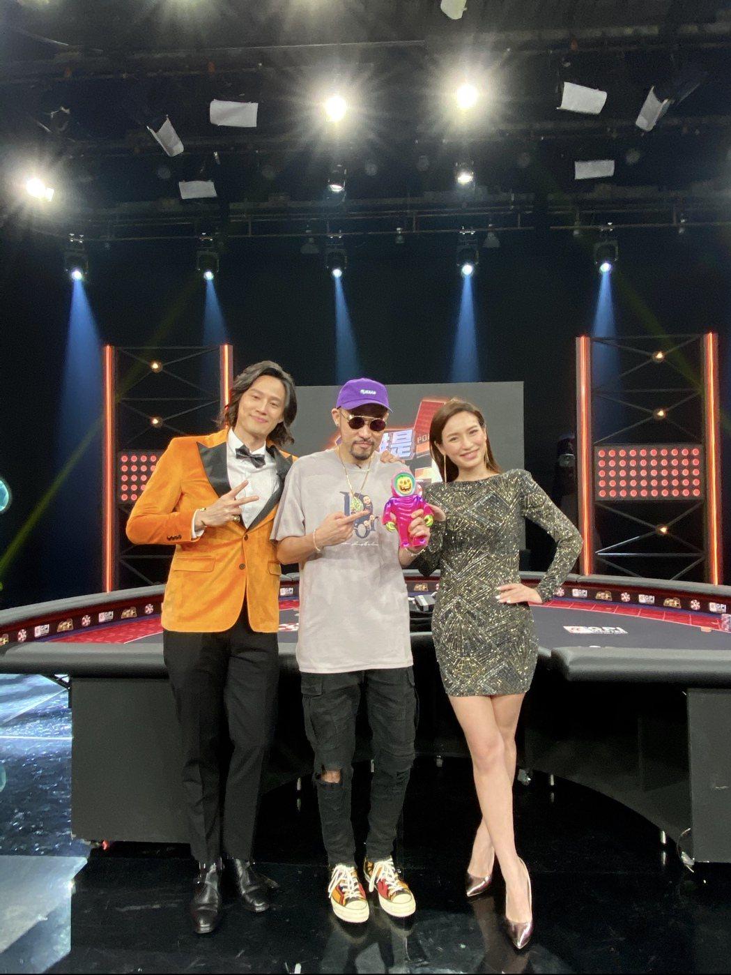 MC HotDog(中)上「誰是撲克王」。圖/東風衛視提供