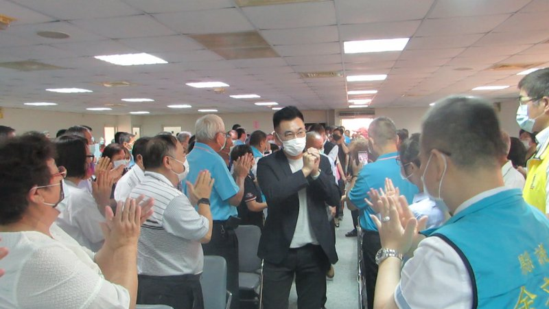 國民黨主席江啟臣(中)今天到苗栗縣黨部,受到熱烈歡迎。記者范榮達/攝影